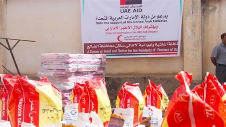 وصول قافلة مساعدات إنسانية مقدمة من الإمارات لنازحي قعطبة في الضالع