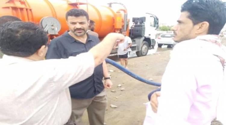 محافظ #عدن يوجه بتفعيل غرفة عمليات الطوارئ لمواجهة اضرار السيول
