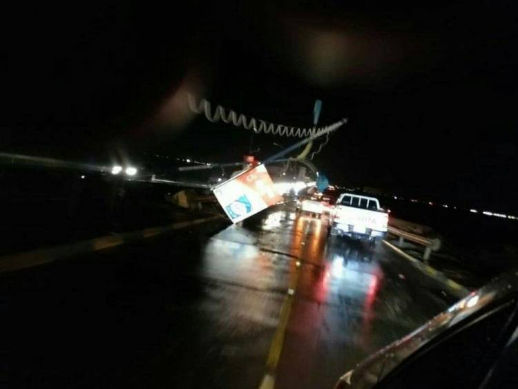 عاجل \ سقوط أعمدة الانارة تسبب باغلاق طريق خط الجسر بعدن