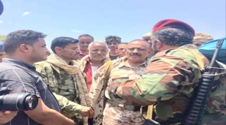قائد المنطقة العسكرية الرابعة يزور جبهة باب غلق ويثني على اداء قوات اللواء،٨٣مدفعية واللواء الرابع احتياط