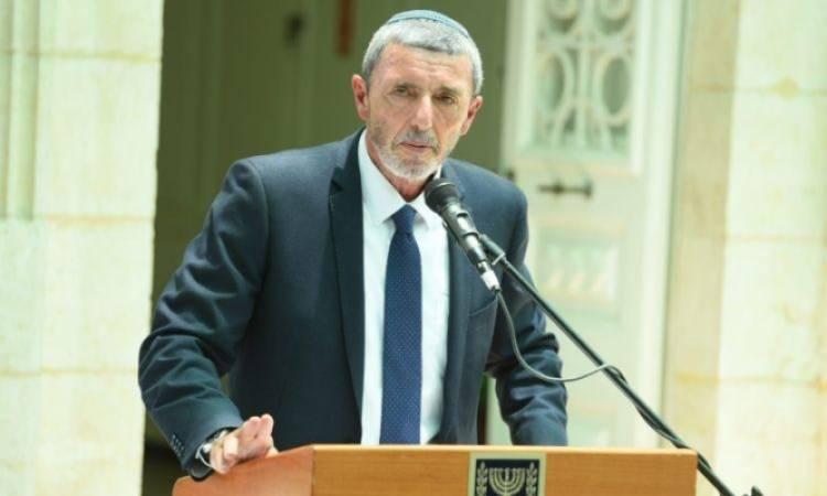 وزير التعليم يدرس فرض رفع العلم الإسرائيلي في المدارس العربية