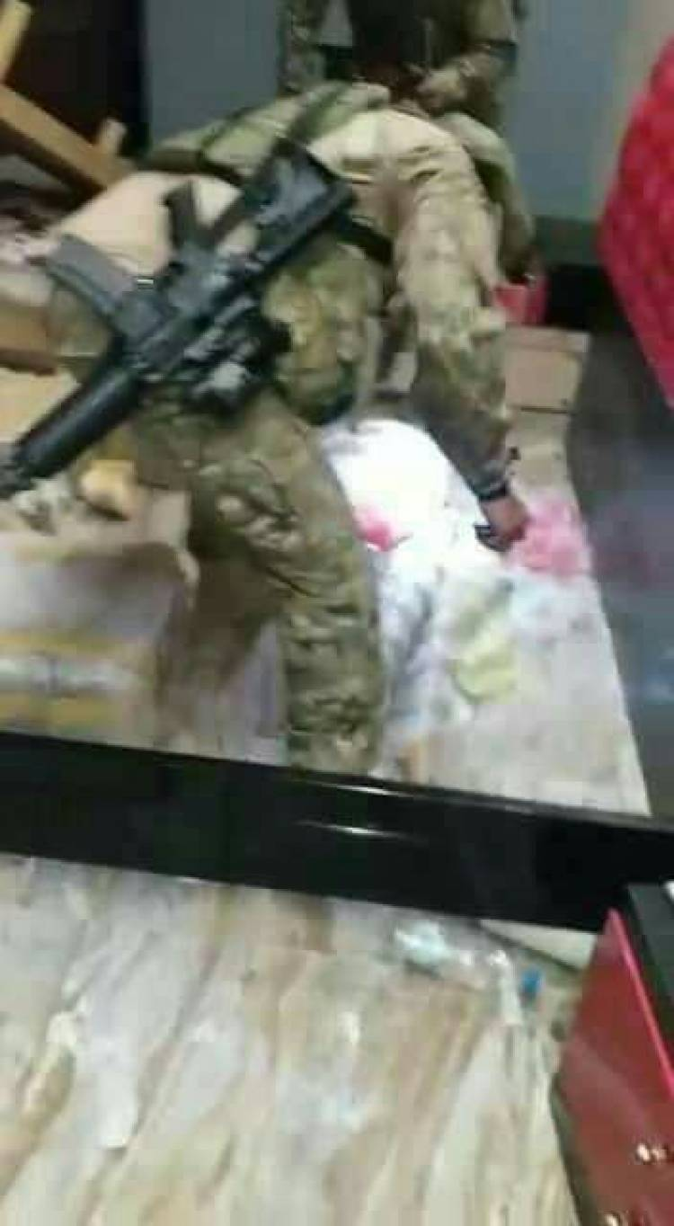 مداهمة منزل قيادي اصلاحي بالمعلا والعثور على أسلحة عليها ختم الجيش القطري