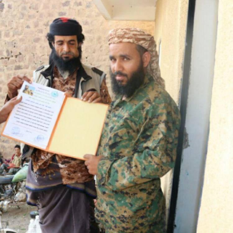 مقاومة الأزارق تسلم القائد العقيد عمار أبو علي رسالة شكر وتقدير ( صورة )