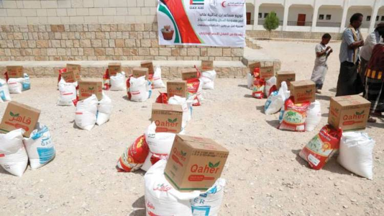 الإمارات تُقدم 1000 سلة غذائية لسكان أحياء غرب المكلا