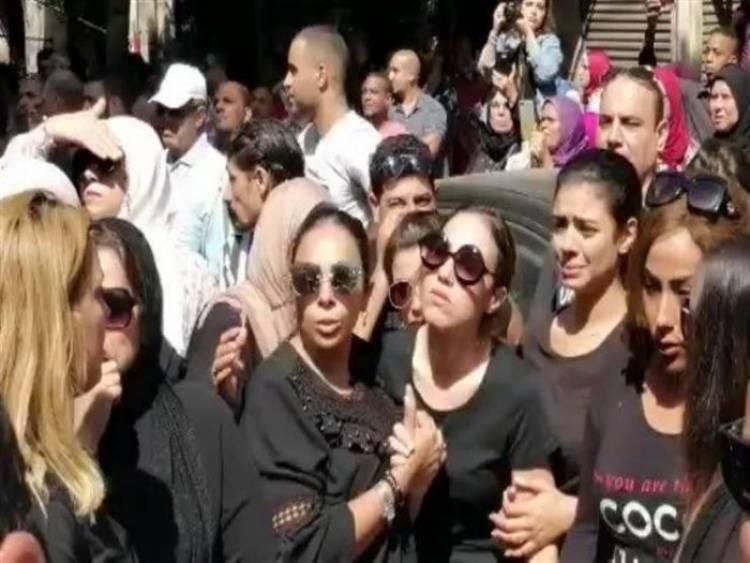 بالصور.. ابنة طلعت زكريا تنهار أثناء تشييع جنازته بالإسكندرية