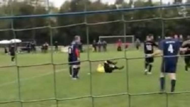 حكم يفقد الوعي في مباراة بألمانيا إثر تعرضه لاعتداء من لاعب بسبب طرده