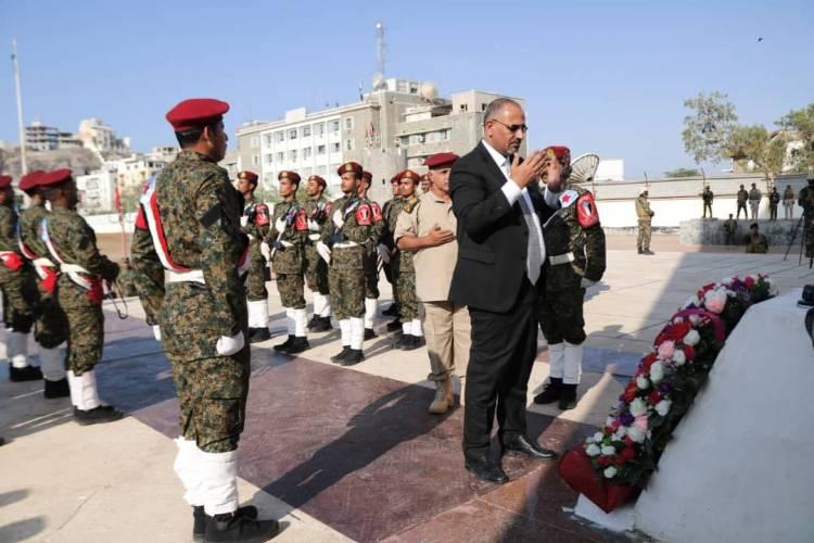 """الرئيس الزُبيدي يضع إكليلا من الزهور على ضريح الجندي الجنوبي في ذكرى الاستقلال """"30 نوفمبر"""""""