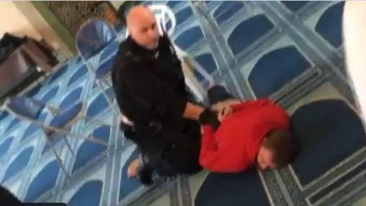 طعن رجل أثناء رفعه الأذان داخل مسجد في لندن.. واعتقال المشتبه به