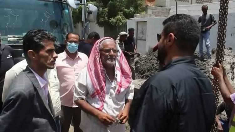 محافظ عدن يطلع على سير العمل في مشروع تأهيل شبكة الصرف الصحي