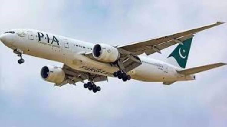 تحطم طائرة باكستانية بمنطقة مأهولة قرب مطار كراتشي