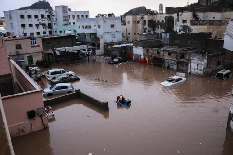 هطول امطار غزيرة في عدد من مديريات العاصمة عدن اثر منخفض جوي