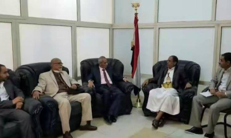 الشرعية تتلقى صفعة قوية بعد انشقاق رئيس مجلس إدارة 14 أكتوبر للصحافة وانضمامه للحوثيين بصنعاء.