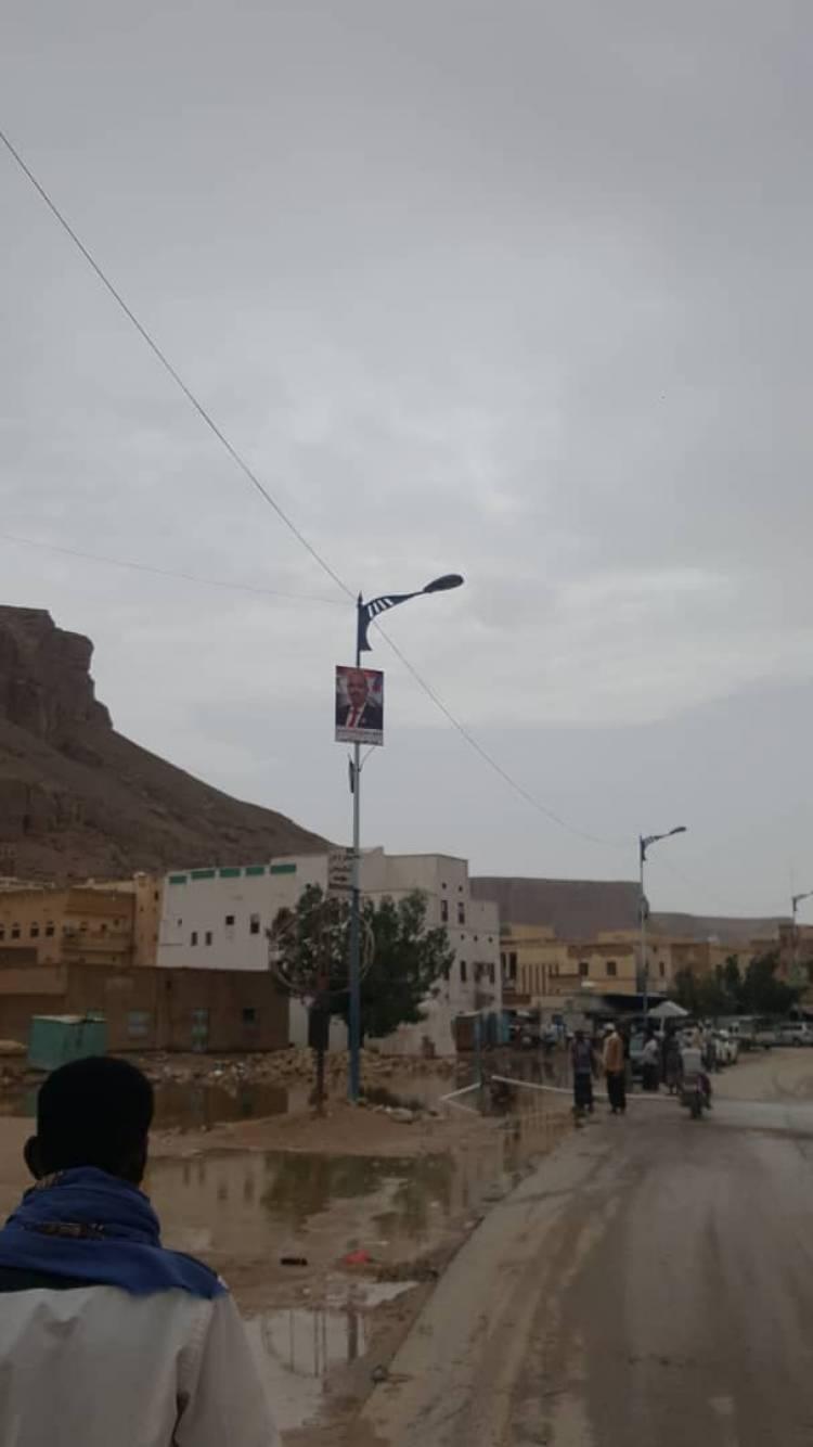 شباب مدينة الغرفه الاحرار يرفعون الأعلام الجنوبية وصور قيادات الانتقالي الجنوبي بالمنطقة