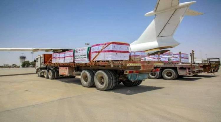 طائرة إغاثية إماراتية تصل مطار الريان بحضرموت