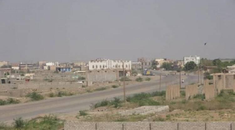 مليشيات الحوثي تجدد استهدافها مدينة حيس بالحديدة