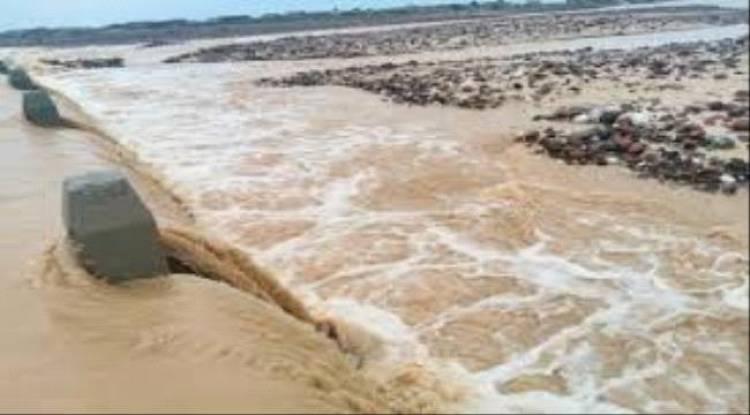 السيول تغرق احد القرى في لحج