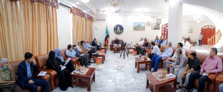 الرئيس الزُبيدي يعقد لقاءً مشتركاً مع الوفد التفاوضي ورؤساء دوائر الأمانة ولجان الجمعية الوطنية