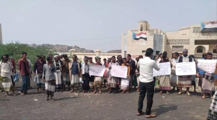 وقفة احتجاجية للمطالبة بالتوزيع العادل للمساعدات في الملاح