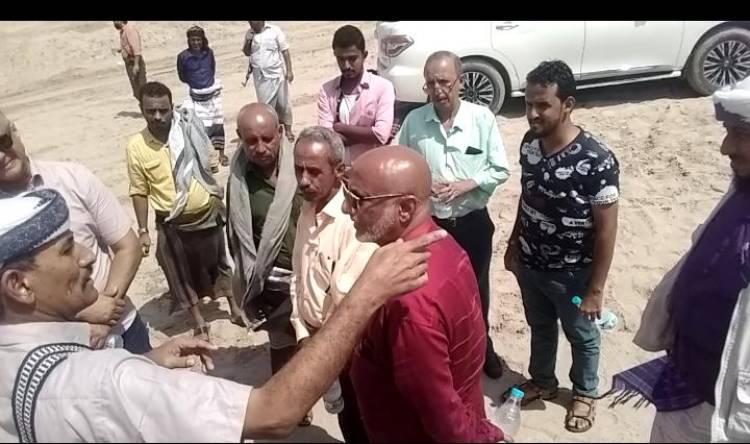 فريق من صندوق صيانة الطرق والجسور ابين يتفقد اضرار السيول في وادي احور