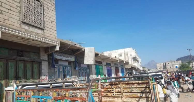 التجار بمسيمير لحج يغلقون محلاتهم رفضاً للتعامل بالعملة الورقية فئة مائتا ريال